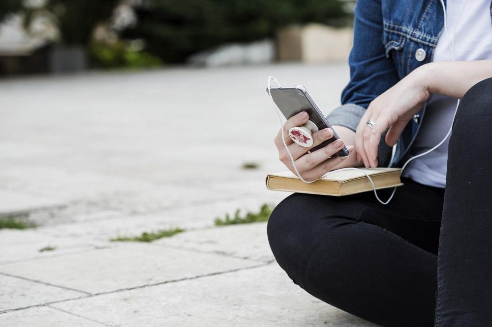Aplicativo gratuito permite que deficientes visuais leiam textos impressos