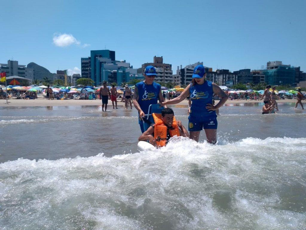 Praia para todos: cadeiras de rodas flutuantes permitem banho de mar para pessoas com deficiência