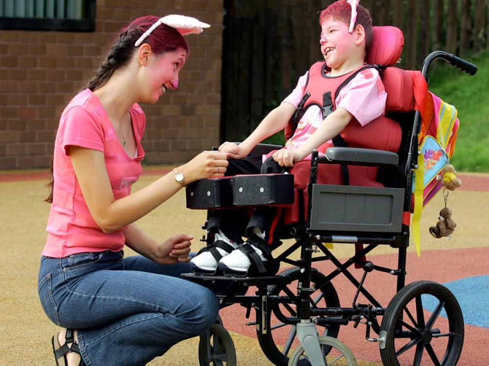 Profissão de cuidador de pessoas com deficiência, crianças e idosos será regulamentada e vai exigir curso