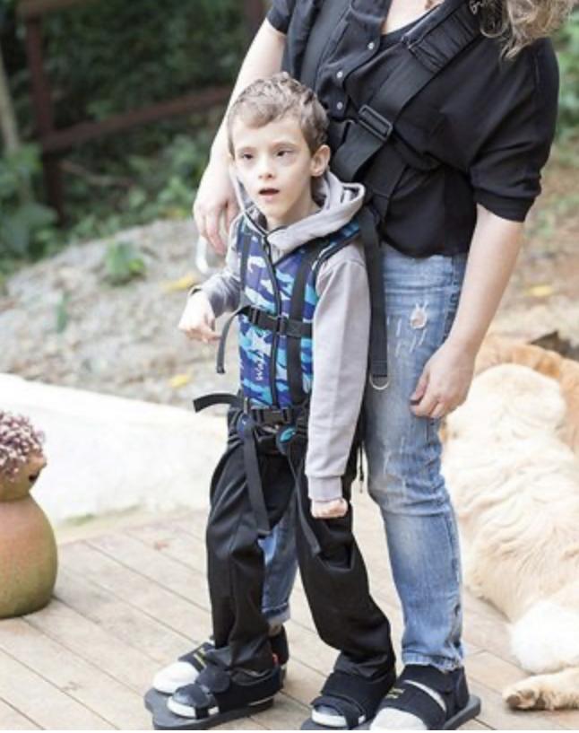 Colete permite que criança experimente sensação de andar