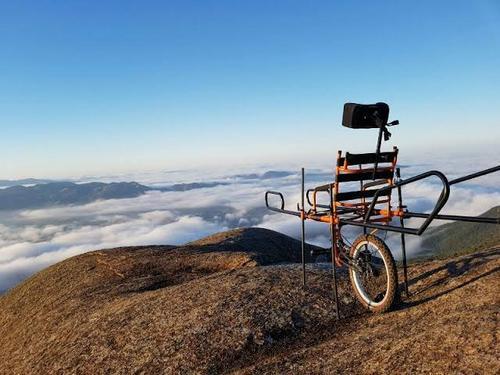 Cadeira de rodas adaptada permite pessoas com deficiência praticar montanhismo e fazer trilhas