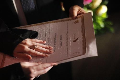 Pessoas com deficiência visual recebem diploma em braille, em Pernambuco