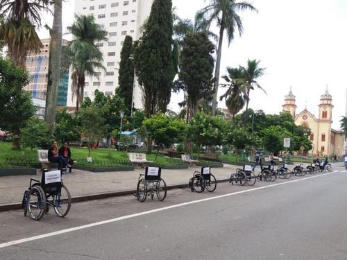 Cadeiras de rodas tomam vagas de carros em protesto por respeito ao deficiente físico em Alfenas