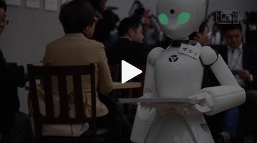 Você não pode perder esse vídeo! Robôs controlados por pessoas com deficiência servem clientes em café no Japão