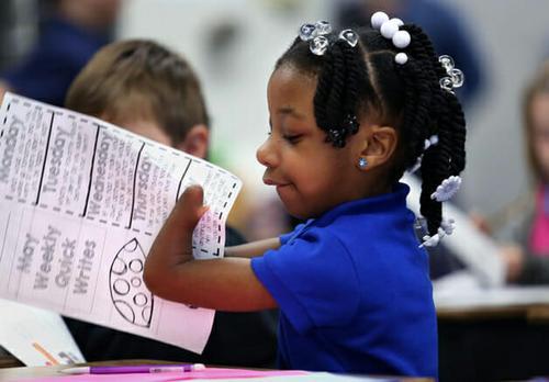 Menina que nasceu sem as mãos é bicampeã em concurso de caligrafia nos EUA
